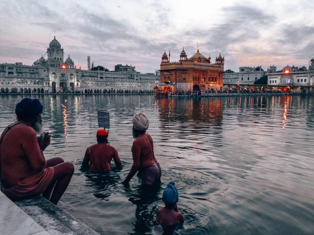 pilgrims golden temple amritsar
